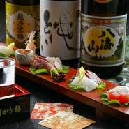 「鯛」を中心に盛りつけ、自家製醤油をつけて召し上がっていただくお造りです。旬の魚介は、季節限定の旨味と美しさを秘めた贅沢な食材。日本各地から取り寄せた豊富な日本酒と合わせてぜひご堪能ください。