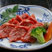 馬肉が有名な熊本ですが、赤身が美味しく肉質が良い「あか牛」もぜひ召し上がっていただきたい食材。陶板焼きはお肉の美味しさをストレートに感じていただけるおすすめの調理方法です。