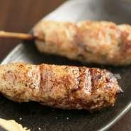 長年付き合いのある業者さんより仕入れており、質の良い「国産鶏」を使用しています。素材の旨みを引き出し、お客さまのお好みで塩やオリジナルのタレで仕上げています。