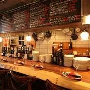"""""""賑やかさ""""と""""落ち着いた雰囲気""""が同居する店内。料理も豪快な中に、繊細さが感じられます。レストランの美味しさと、居酒屋の気軽さがオシャレに融合したお店です。"""
