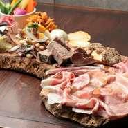 好みや人数によってさまざまに注文できる『冷菜盛り合わせ』は、お店の自慢の料理を少しずつ味わえます。気軽に注文できるリーズナブルな価格設定も魅力のひとつ。