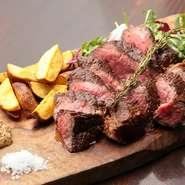 高品質の和牛で有名な【肉の藤枝】から人気の成熟牛の赤身を仕入れています。シンプルで豪快に調理。