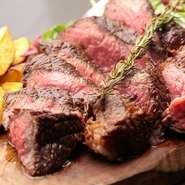 1カ月以上かけて熟成させた熟成和牛の赤身を使った『ビステッカ』は、シンプルな料理だけに素材に妥協できません。【肉の藤枝】の和牛だから、旨みがあってジューシーに焼き上げることができます・