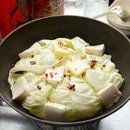 ホルモン、キャベツ、豆腐のみのシンプルな鍋。新鮮さに自信があるからこそ、ホルモンで直球勝負です。