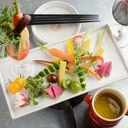 アイスプラント、京野菜のニンジンやカブなど、新鮮で美しい彩りの旬野菜を特製のソースで。