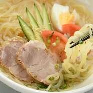 盛岡冷麺の地元有名店「ぴょんぴょん舎」と同じ製麺所で作られた、馬鈴薯を練り込んだ麺は力強いコシ。