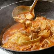 ホルモン鍋で使用する肉、部位は、豚の胃袋、牛の大腸・小腸・胃袋。4種の異なる食感が一度に楽しめます。