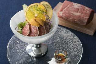 近江牛もも肉の炙りと北海道産生うにのパフェ