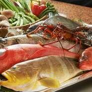 大阪の福島市場から直接仕入れた魚介類は格別です。鉄板焼きはシンプルなだけに味の誤魔化しがききませんから、仕入れる際には自分の目で鮮度と味の良さを確認し、お客様に納得してもらえる味を提供しています。