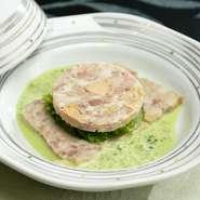 濃厚なフォアグラと国産豚バラ肉がベストマッチ。余計な脂を取り除いた、あっさりした味わいが決め手です。