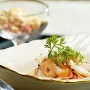 ばい貝とニンジンを使用した極細のパスタ。地元の名産がつまった、金沢ならではのひと皿です。