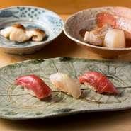 鮨の美味しさもさることながら、この店を特徴付けるのが一品料理の数々でしょう。京都の老舗料亭で7年間の修業経験を持つ市川氏がつくる、旬の魚や野菜を駆使した料理を楽しめます。