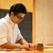 この地を選んだのも純粋に鮨の味で勝負したいという市川氏の想いがあったから。必要以上に言葉を交わさない姿は時にぶっきらぼうに思えることもありますが、そこには鮨職人としてのこだわりがあるのです。