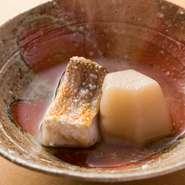 炊き合わせには賀茂茄子や聖護院大根などを使用。野菜と魚の旨みが渾然一体に