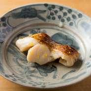 定番の魚の味噌漬けには京都の山利商店の白味噌を使用。カマス、鮭児などが使われることもあります。