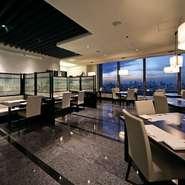 眼前に皇居を望む【モリタ屋 東京丸の内店】。夜になると窓越しの雰囲気は一変し、新宿や池袋まで見渡せる絶好の夜景スポットとなります。このロマンティックでムード満点の窓際の席を狙うなら、予約がベター。