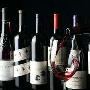 """日本酒や焼酎からカクテルまでドリンク類はバランス良い品揃えですが、ソムリエでもある矢嶋店長が提案するワインがおすすめ。""""料理とドリンクは国を揃える""""という定石にならうなら、京都産ワインという選択も。"""