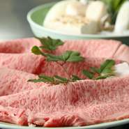肉卸としてスタートし、現在では直営農場で「京都肉」を生産する【モリタ屋】。長年培ってきた目で厳選した牛肉を、お客様の口に運ばれる直前まで一元管理。この店の肉が「美味しく安全」と評判なのはそのためです。
