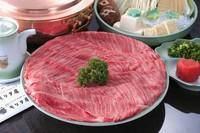 """箸でもちぎれるほどきめ細かで柔らかな肉質とバランスの良い霜降りの""""その日一番""""のA5黒毛和牛を厳選。"""