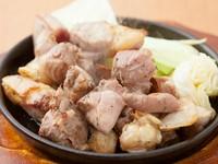 上質でジューシーな鳥肉の旨みを味わう『元祖地鶏の塩焼鉄板』