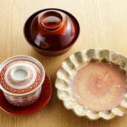 透明感のある自然釉の焼き物に、素朴な風合いの縄文漆、手にしっくりなじむ塗りの椀。料理と器の相性を熟知している中嶋氏ならではの美しい盛り付けは、日本画を思わせる余白の美が料理を凛と引き立たせている。