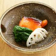 海外からのゲストと会食するときにも安心な、骨のないキングサーモンの焼き物。季節の野菜を彩りよく添えて