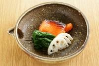 『サーモンの西京焼き ちぢみほうれん草ソテー 酢ばす』