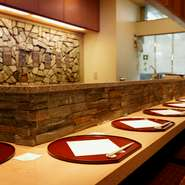 カウンターの壁は実際に使っていた登り窯の外壁を移築したもの。あたたかみと迫力のある景色が楽しめます。