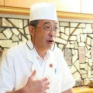 中嶋氏の粋な会話と洒脱な対応が楽しめるカウンター席は、割烹料理店の真骨頂。至福の時間が過ごせます。