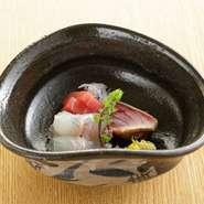 日本料理の真骨頂である包丁さばきが堪能できるお造り。名物の鯖き鮓は、昆布を加えた二杯酢でほどよく酢〆したあと、スダチなど柑橘系の果汁にひたすことで、さわやかな後味が楽しめる一品に。