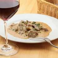 国産小規模生産のワインなど、ソムリエこだわりのワインが揃っています。オーダーした料理や好みに合わせて、複数本のおすすめワインをピックアップしてくれます。料理に合ったワインが、美味しく楽しめます。
