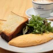 北海道の小麦粉・はるゆたかとカルピスバターを使っており、もちもちで自然な甘みが楽しめる自家製パン。