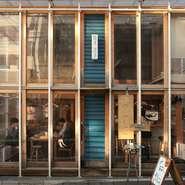 明るくお洒落な雰囲気の店内は、温もりを感じる吹き抜けのカウンターや開けたテーブル席となっています。