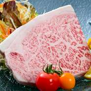 味付けは地産玉ねぎの旨味が効いた自家製ソースと岩塩で。A5ランクの高級肉をサービス価格で味わえます。