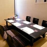 個室には座敷席とテーブル席があり、用途や好みに合わせてご利用可能。カウンター席で料理人と会話しながら、ゆっくりと食事を楽しむこともできます。