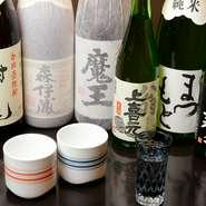 """入手困難で知られる""""焼酎3M""""こと「魔王」「村尾」「森伊蔵」をはじめ、希少な焼酎を多数取りそろえてお待ちしています。"""