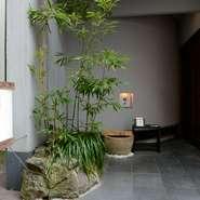 """一歩足を踏み入れると、ここが長崎の中心地だと忘れてしまう、落ち着いた""""和""""の空間が広がります。"""