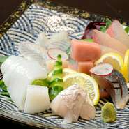 その日に水揚げされた魚介から、料理長が厳選してお刺身に。ご予約でご希望にお答えすることも可能です。