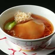 シンプルなしょうゆベースのスープソバに、フカヒレの姿煮を覆いかぶせるかのごとく大胆にのせました。気楽に食べる日常の味と、高級食材との絶妙なコラボ料理です。とろりとした口当たりを存分にお楽しみください。