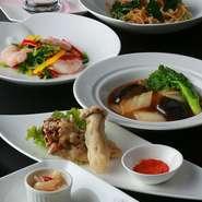 四川料理をベースにしていますが、お客様に喜んでいただくために、自由な発想で料理に挑むよう心がけています。広東、上海、北京料理のいいところを取り入れ、老若男女問わず親しまれる「中国料理」をご提供します。