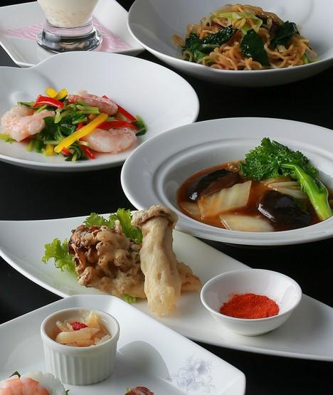 四川料理をベースに、広東、上海、北京各料理も取り入れて