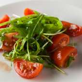 農家直送のルッコラを使う定番サラダ