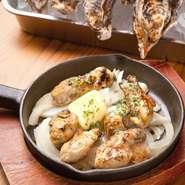レモンとパセリのシンプルな味つけは、牡蠣本来のうまみが楽しめる料理。おすすめの逸品です。