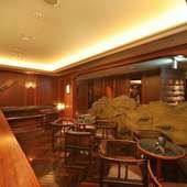 ウェイティング・バーで食前も食後もリラックスして過ごせます