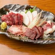 馬肉は信頼のおける仕入れ先が一番の決め手。熊本で100年以上の実績がある馬肉卸店と絆のある【九州料理しん】。その美味しさには熊本の人も思わずうなってしまう程です。5種類の部位を生姜醤油で楽しめます。