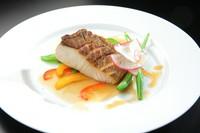 旬の鮮魚を用いたおすすめの一品『季節野菜とカンパチのポアレ』