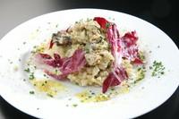 ジューシーな牡蠣の海の香りと紫が美しい野菜・トレビスのほろ苦さがマッチしたリゾットです。