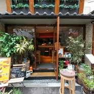 梅田・茶屋町の一角にある隠れ家のようなお店。店内はアットホームな雰囲気を大事にしており、楽しくゆっくりとひとときを過ごせるように、また来たいと思ってもらえると嬉しいと、スタッフ一同でお客様を迎えます。