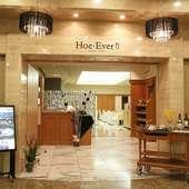 ホテルの1F、高級感のあるオシャレな洋食料理レストラン