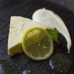 濃厚なチーズとさっぱりしたレモンを合わせた自家製チーズケーキです。